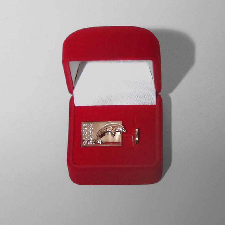 золотой значок с десятью бриллиантами